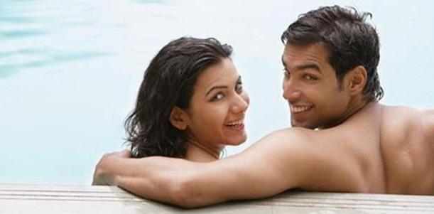 4 Posisi Bersama Pasangan di Kolam Renang yang Menyenangkan