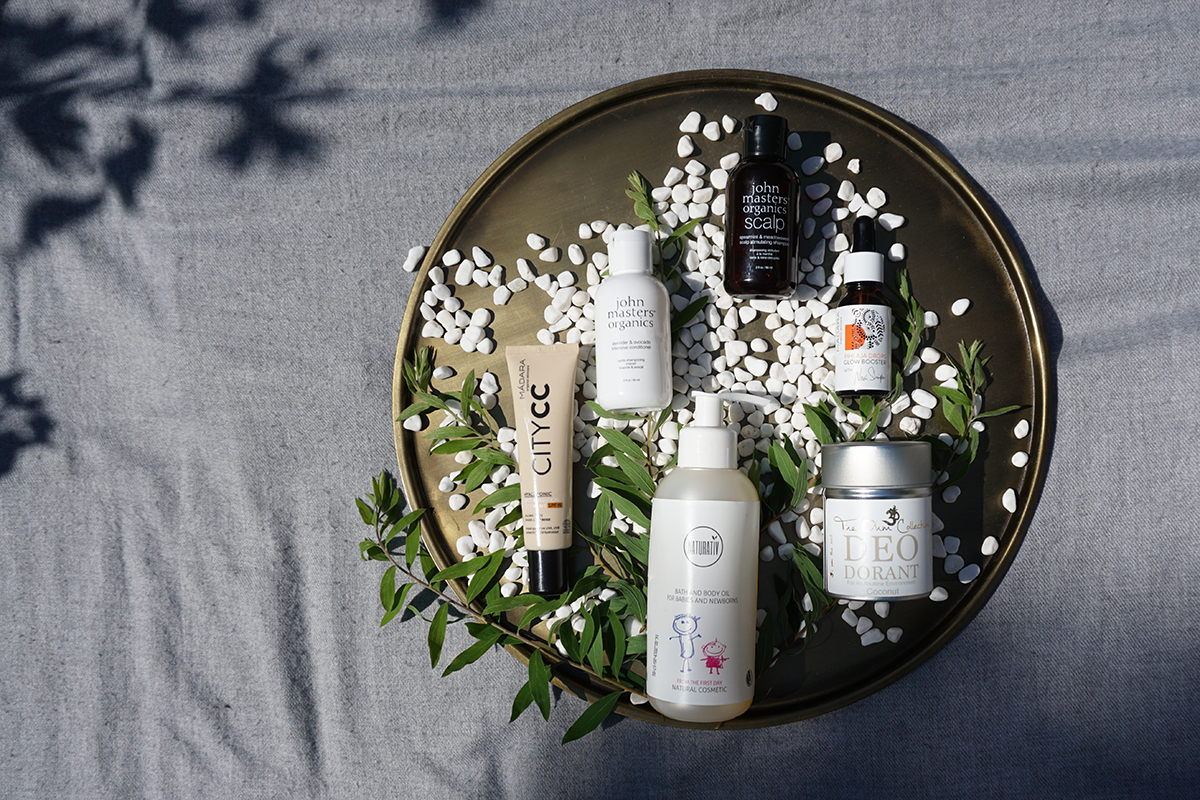 Kesän luonnonkosmetiikan suosikkini: Madara city cc, John Masters Organics shampoo ja hoitoaine, Naturativ kylpyöljy, Madara Glow Drops ja The Ohm Collection deodorantti