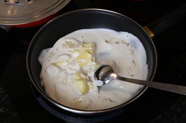 Preparación de champiñones con espinacas y queso