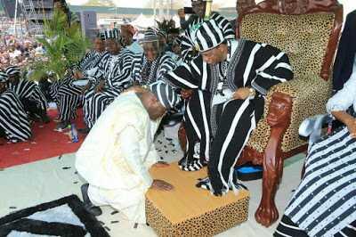 Atiku Abubakar Kneels, Receives Title From Monarch of Benue