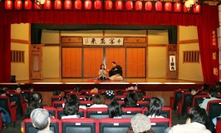 三遊亭楽春の「親子で楽しむ落語会」の風景です。