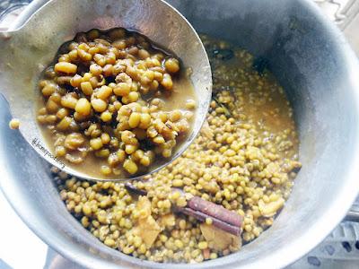 Indonesian Bubur Kacang Hijau (Sweet Mung Bean Porridge) with Black Glutinous Rice Porridge    homefoodstory.blogspot.com