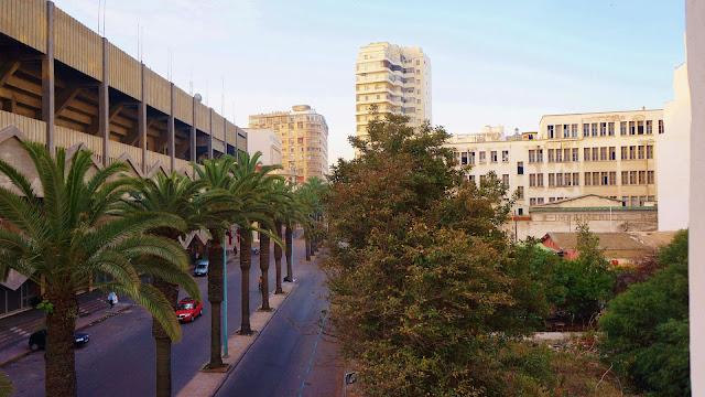Изображение вида на улицу из номера отеля