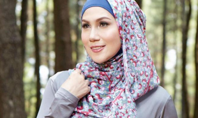 Model hijab ,motif bunga dengan wajah oval