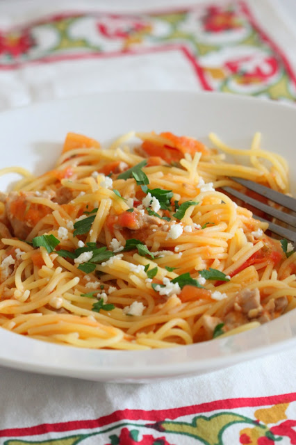Spaghetti with Chicken and Spicy Tomato Sauce | Tortillas and Honey
