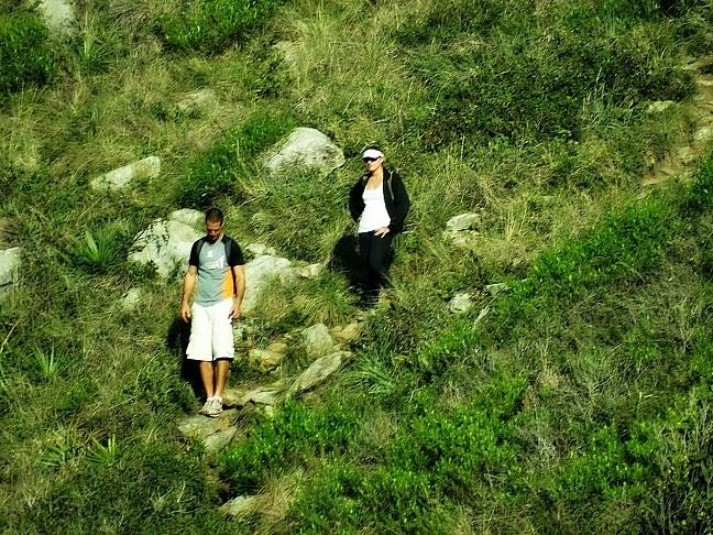 Casal vindo pela trilha da Praia do Matadeiro, em Florianópolis