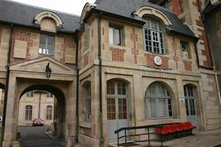 Este basalto de mármore de Paul Ravaut pode ser visto na parede externa de um edifício antigo do Hospital Saint-Louis, em Paris, apenas entrou no portão histórico do hospital, na extrema esquerda.