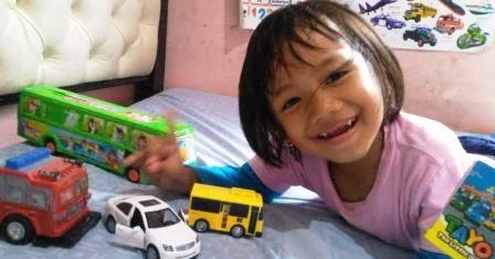 Anak Perempuan Mainnya Mobil Mobilan Coretan Bunda