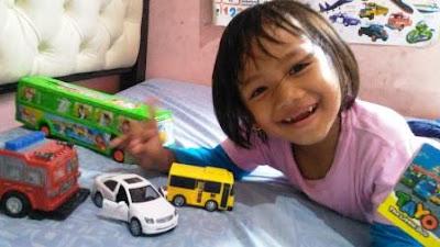anak perempuan main mobil-mobilan