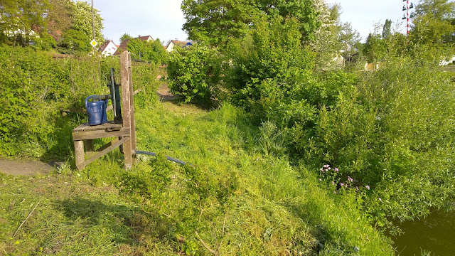 Jeder Garten hat eine Pumpe, die das Wasser aus dem Dorfteich in die Gießkannen befördert (c) by Joachim Wenk