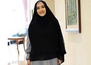 Cindy Fatika Sari Pakai Hijab Hitam