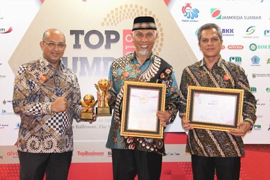 Wako Padang Mahyeldi dan Dirut PDAM Terima Penghargaan Top BUMD
