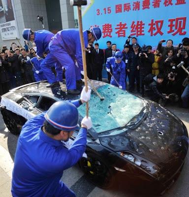 مالك سيارة لامبورغيني فى الصين يدمرها احتجاجا