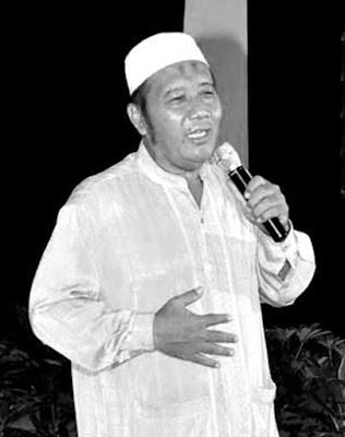 Biografi Cahyono Pelawak  Biografi   Cahyono lahir dusun Pandan, Desa Kembiritan, Kec. Genteng, Banyuwangi, 26 Desember 1951 adalah seorang aktor dan pelawak Indonesia. Tahun 1971, berperan di film Lantai Berdarah; Reo Manusia Srigala; Pulau Cinta; Raja Copet serta Gara-Gara Janda Kaya.  Tahun 1972, pada usia 21 tahun hijrah ke Jakarta bergabung dengan group komedi Jawa Timur. Dua tahun kemudian bertemu dengan Jojon yang saat itu aktif di group kesenian Jawa Barat, dari hasil bincang-bincang, bersepakat membentuk group lawak dengan nama Jayakarta Group. Bersama dengan Uuk, almarhum Joni Gudel, dan Jojon, kami anggung untuk pertama kalinya di Jakarta Fair..         Pendidikan dan Karir  Cahyono lahir di Banyuwangi, Jawa Timur, 26 Desember 1951. Bakat melawaknya telah tumbuh saat duduk di bangku SMP. Saat itu ia mulai banyak disukai teman-temannya. Semua betah mendengarkan Cahyono saat ia melawak. Cahyono pun mulai bergabung dengan grup lawak amatir dan mulai rutin manggung dari kampung ke kampung dan dari sekolah ke sekolah. Menyadari bakat lawak dalam dirinya terus berkembang, akhirnya Cahyono yang saat itu berusia 21 tahun memutuskan hijrah ke Jakarta. Tepatnya tahun 1972. Pertama kali menjejakkan kaki di Jakarta, ia bergabung dengan sebuah grup komedi Jawa Timur. Dua
