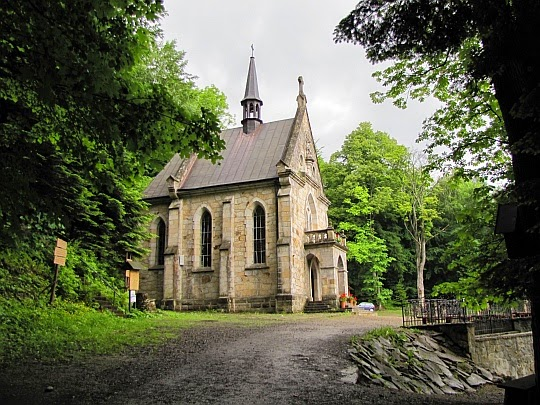 Neogotycka kaplica z 1908 roku na stokach wzniesienia Zaśpit.