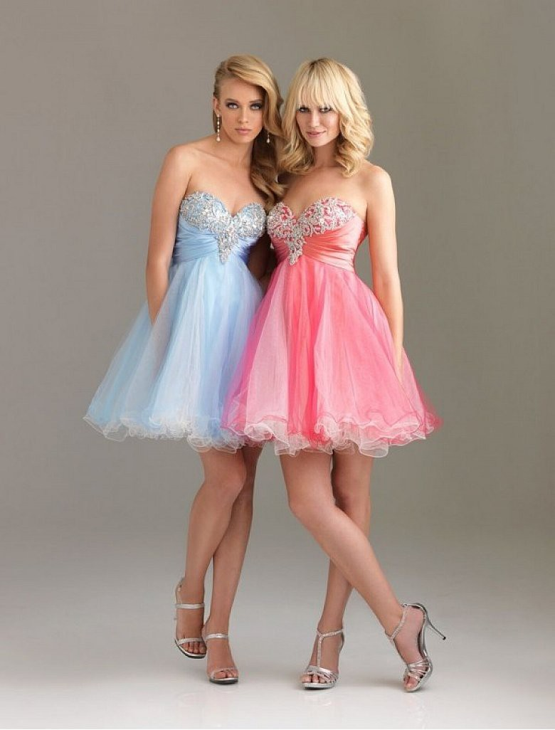 Moderno Prom Peinados Para Vestidos Sin Tirantes Ornamento ...