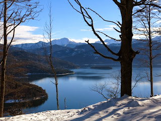 Im Abstieg noch einmal Blick auf den Walchensee mit dem Schafreuter im Hintergrund