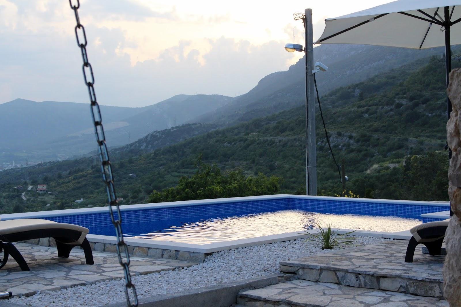 Die Aussicht vom Daybed auf das Kozjak-Gebirge hinter der Villa Hill View, Kroatien