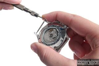Sử dụng dụng cụ tháo chốt đồng hồ