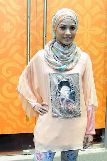 Rachel Maryam politis DPR Rachel Maryam kelihatan memakai Jilbab di Perancis