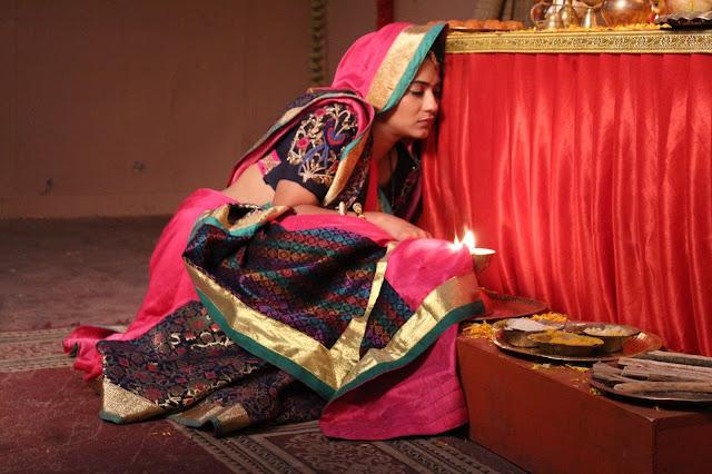 Gangaa: Aditi Sharma's saree catches fire!