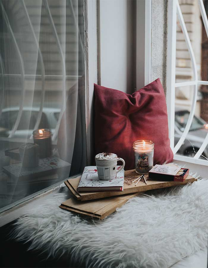 Decoração de cantinho de leitura com vela, para deixar ainda mais aconchegante.