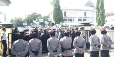 Kantor Kejaksaan Karawang di Demo Masyarakat Tanjungsari Cilebar