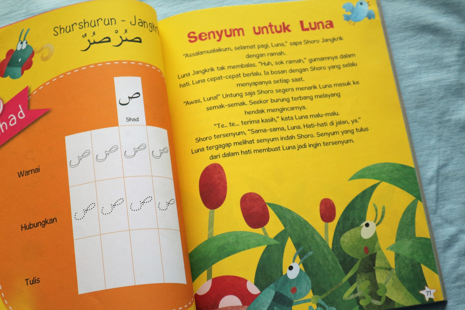Ada pilihan untuk mewarnai huruf tracing lalu menuliskannya ulang Seru kan Jadi anak ikut terlibat aktif