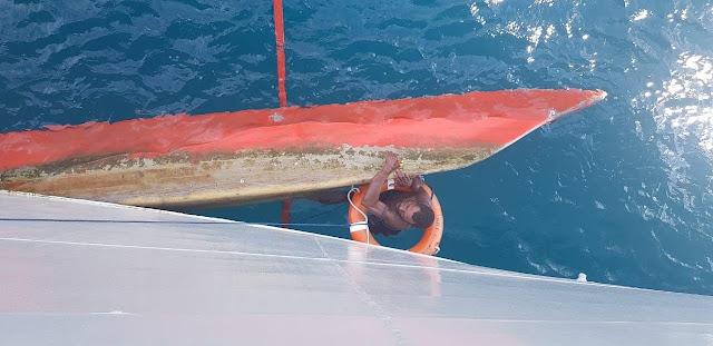 KRI Albakora-867 Evakuasi Awud Waroke, Nelayan Sorong Yang Terapung di Perairan Selat Sele
