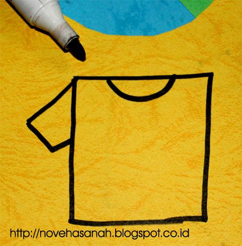 langkah ketiga cara menggambar t-shirt untuk kreasi kertas bekas ini adalah dengan menambahkan bagian lengan t-shirt