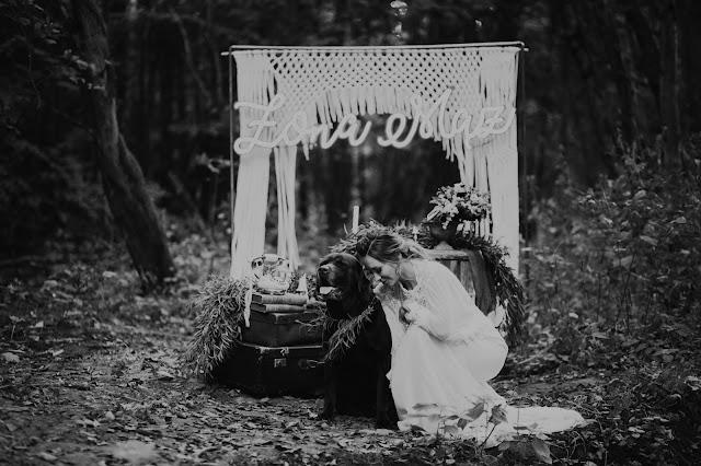 Stylizowana sesja zdjęciowa Bridal Blog. Ukochany pupil towarzyszy w dniu ślubu - brązowy labrador.