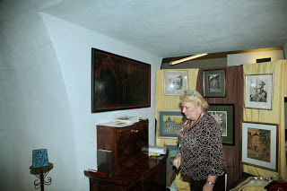 Właścielka domu aukcyjnego Okna sztuki przy swoim stoiski