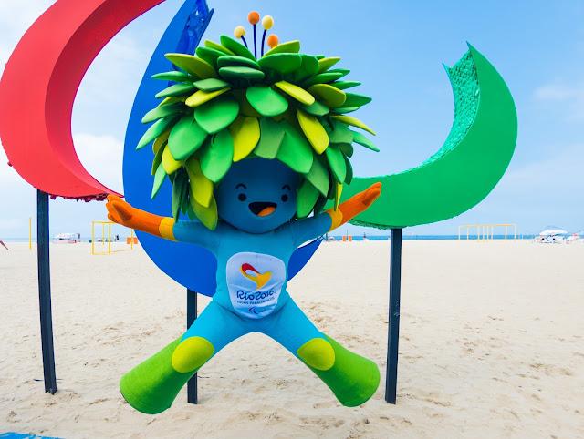 Tom faz a festa com a Escultura Paralímpica em Copacabana - Foto de Alex Ferro