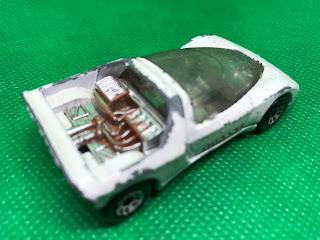 プジョー Quasar のおんぼろミニカーを斜め後ろから撮影