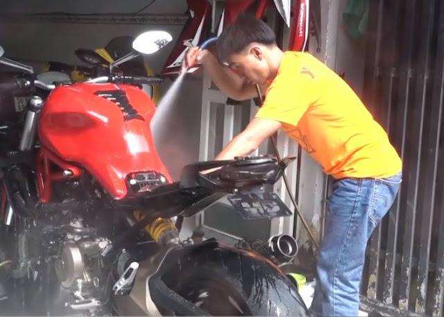 Người rửa xe môtô với giá 2 triệu đồng mỗi chiếc