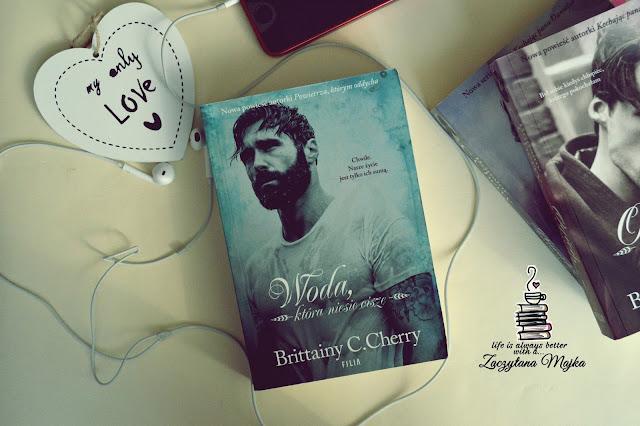 """Każda chwila jest ulotna – recenzja książki #232 – Brittainy C.Cherry """"Woda, która niesie ciszę"""""""