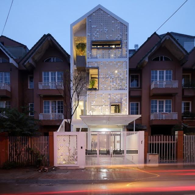 Về đêm, ánh đèn hắt ra từ bên trong ngôi nhà khiến nó càng ấn tượng hơn