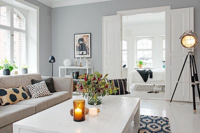 detalle lámpara de pie con trípode y dormitorio al fondo