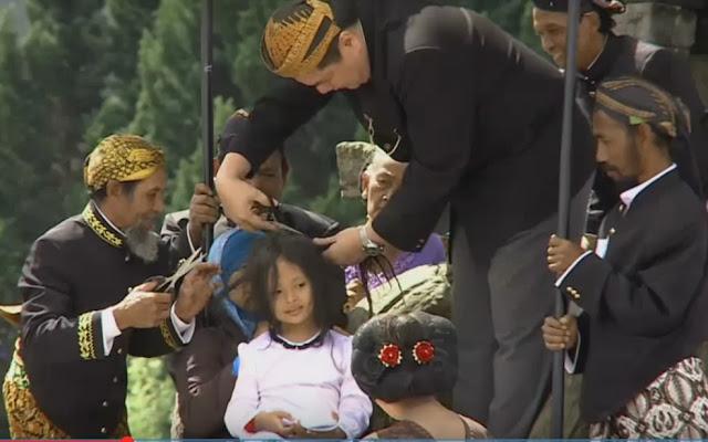 Ruwatan rambut gimbal di Dieng, Jawa Tengah.