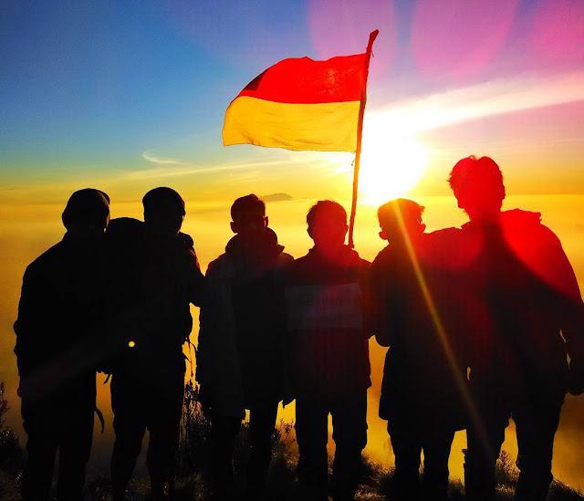foto sunrise di gunung merbabu