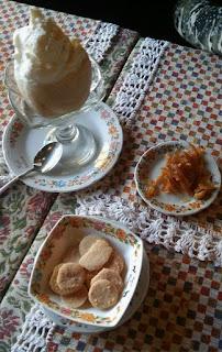 Helado de limón, cascaritas de naranja y masitas para acompañar el café