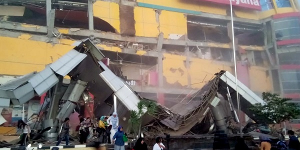 348 νεκροί από το τσουνάμι και τον σεισμό 7,5 Ρίχτερ στην Ινδονησία