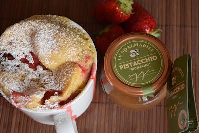 Mug cake al pistacchio e fragole