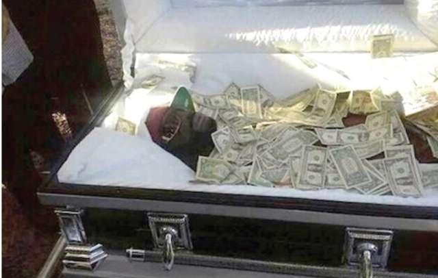 Burrë i varrosur i mbuluar me dollarë