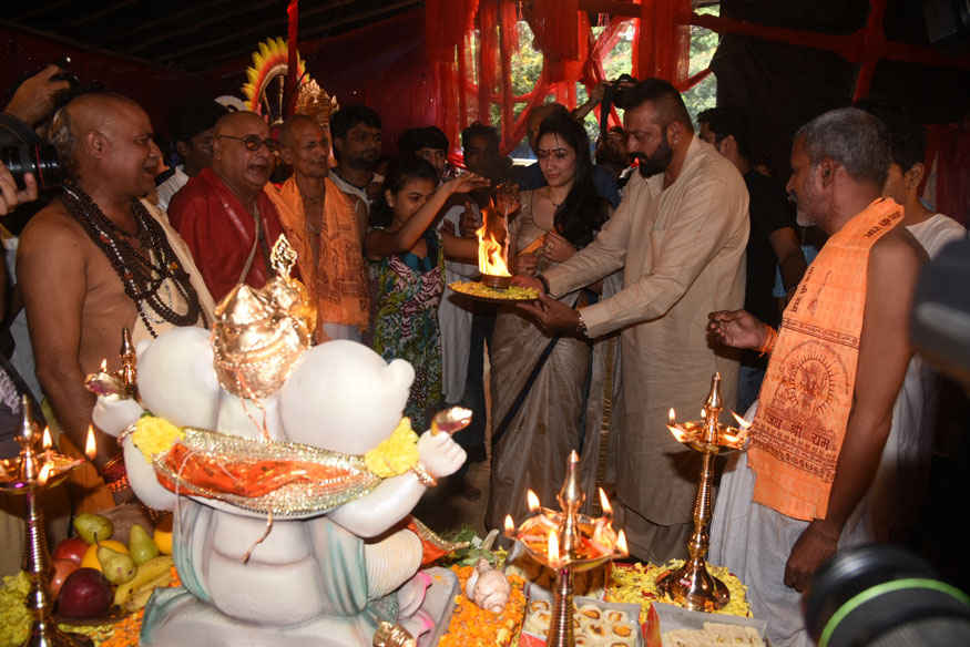 Sanjay Dutt and Manyata During Ganapati Aarti at Lokhandwala Complex in Andheri