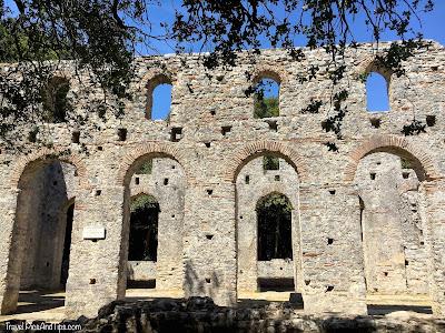 La grande basilique sur le site de Butrint au sud de l'Albanie