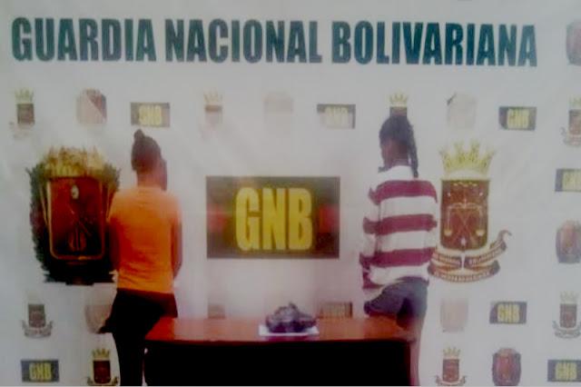 Venezolana traficaba droga escondiéndola en la espalda de su hijo de 3 años