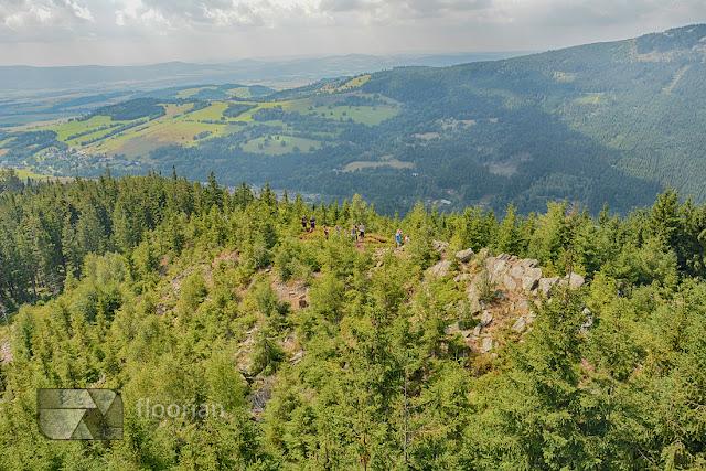 wspaniały widok na Masyw Śnieżnika, dolinę rzeki Morava i Karkonosze z wieży widokowej Sky Walk w Dolni Morava w Czechach