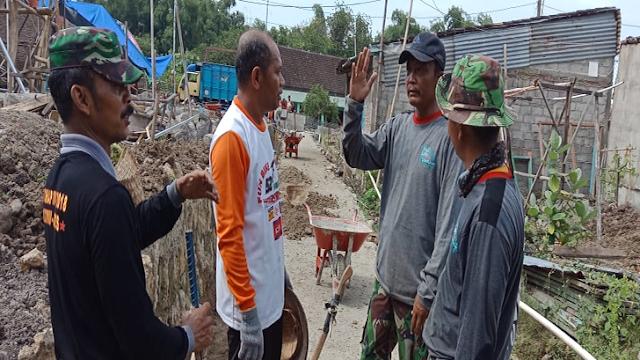 Di Sela-Sela Kerja Bakti TMMD, TNI Manfaatkan Waktu Untuk Silaturahmi Dengan Warganya