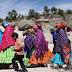 Mujeres Rarámuris en llamativos vestidos
